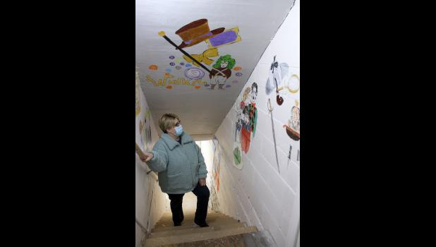 Luverne artist Mary Petersen talks about the six mini murals she designed and painted in the stairway to the Linda Dummer Costume Shop. The murals honor Dummer, a former Green Earth Player board member and avid supporter of the amateur theater group, who died in April 2019.